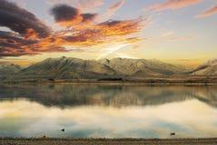 Puesta del sol sobre el lago Tekapo, Nueva Zelanda Foto de archivo libre de regalías