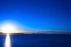 Puesta del sol sobre el lago Titicaca en Bolivia Foto de archivo libre de regalías