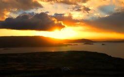 Puesta del sol sobre el lago Titicaca en Perú Imagen de archivo libre de regalías