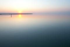 Puesta del sol sobre el lago tranquilo foto de archivo libre de regalías