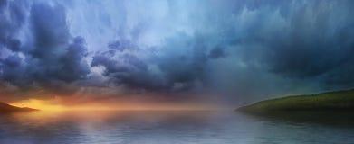 Puesta del sol sobre el lago, un panorama Foto de archivo