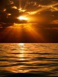 Puesta del sol sobre el mar. Fotografía de archivo