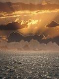 Puesta del sol sobre el mar. Imagenes de archivo