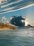 Puesta del sol sobre el mar. Fotos de archivo