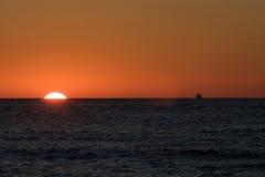 Puesta del sol sobre el mar Fotos de archivo