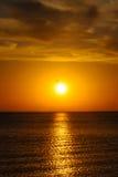 Puesta del sol sobre el mar Fotografía de archivo