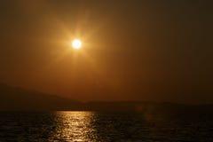 Puesta del sol sobre el mar Fotos de archivo libres de regalías