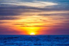 Puesta del sol sobre el mar imagen de archivo libre de regalías