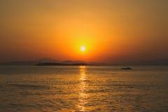 Puesta del sol sobre el mar Fotografía de archivo libre de regalías