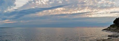 Puesta del sol sobre el mar adriático con panorama dramático del cielo Fotos de archivo