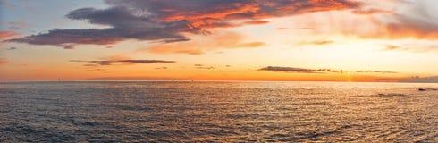 Puesta del sol sobre el mar adriático con panorama dramático del cielo Fotografía de archivo