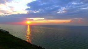 Puesta del sol sobre el mar Báltico con el rayo de sol y las nubes en verano metrajes