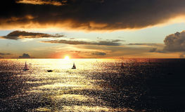 Puesta del sol sobre el mar con los barcos Imagen de archivo