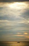 Puesta del sol sobre el mar de Andaman Imagen de archivo libre de regalías