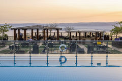 Puesta del sol sobre el mar de la muerte de la terraza del horizonte en el mar de la muerte de Holiday Inn, Jordania Imagen de archivo libre de regalías