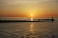 Puesta del sol sobre el mar en Calais. Francia Foto de archivo