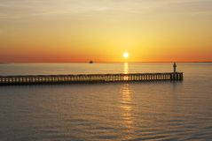 Puesta del sol sobre el mar en Calais. Francia Imagen de archivo libre de regalías