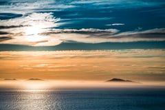 Puesta del sol sobre el mar en Escocia como fondo foto de archivo