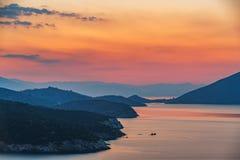 Puesta del sol sobre el mar en Grecia fotografía de archivo