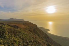 Puesta del sol sobre el mar en Lanzarote Foto de archivo libre de regalías