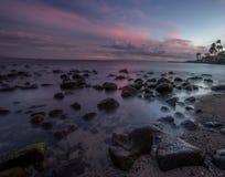 Puesta del sol sobre el mar en Maui Foto de archivo libre de regalías