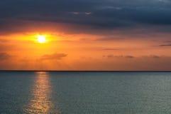 Puesta del sol sobre el mar en Montego Bay, Jamaica fotografía de archivo