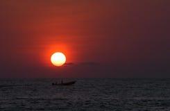 Puesta del sol sobre el mar en Puerto Escondido Imágenes de archivo libres de regalías