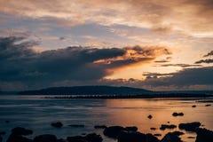 Puesta del sol sobre el mar en Puget Sound Imagen de archivo libre de regalías