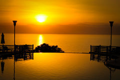 Puesta del sol sobre el mar muerto Foto de archivo