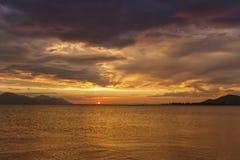 Puesta del sol sobre el mar, Opuzen, Croacia Foto de archivo