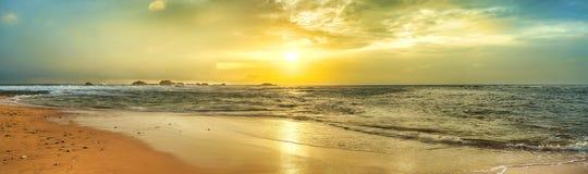 Puesta del sol sobre el mar Panorama imágenes de archivo libres de regalías
