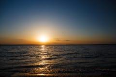 Puesta del sol sobre el mar, un océano hermoso de la tarde Foto de archivo libre de regalías