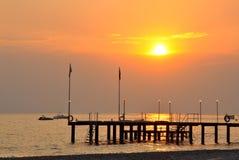 Puesta del sol sobre el mar y el embarcadero Foto de archivo libre de regalías