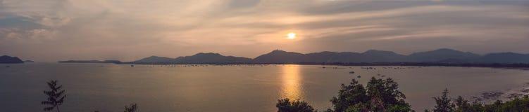 Puesta del sol sobre el mar y la isla de Phuket, Tailandia foto de archivo libre de regalías