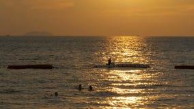 Puesta del sol sobre el mar y la silueta de una pesca del hombre en el displacer Pattaya, Tailandia almacen de video