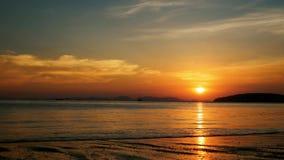 Puesta del sol sobre el mar y las pequeñas islas metrajes