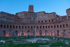 Puesta del sol sobre el mercado de Trajan, Roma Foto de archivo