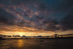 Puesta del sol sobre el Neva Fotos de archivo