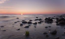 Puesta del sol sobre el océano. Fotografía de archivo libre de regalías