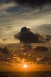 Puesta del sol sobre el océano Fotos de archivo