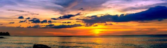 Puesta del sol sobre el océano imagenes de archivo