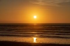 Puesta del sol sobre el Océano Atlántico de la playa de Agadir, Marruecos, África imágenes de archivo libres de regalías