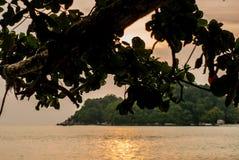 Puesta del sol sobre el océano con la opinión de la isla Imágenes de archivo libres de regalías