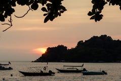 Puesta del sol sobre el océano con la opinión de la isla Foto de archivo