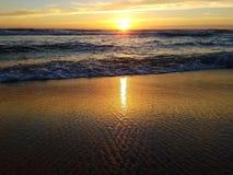 Puesta del sol sobre el océano de la playa Imagen de archivo
