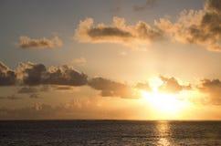 Puesta del sol sobre el océano de South Pacific Fotografía de archivo libre de regalías