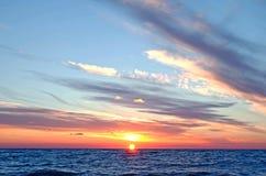Puesta del sol sobre el océano en verano foto de archivo libre de regalías