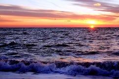 Puesta del sol sobre el océano en verano fotos de archivo