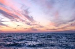 Puesta del sol sobre el océano en verano fotos de archivo libres de regalías