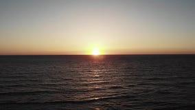 Puesta del sol sobre el océano del mar Igualación del ajuste del sol con el cielo y del mar en fondo Puesta del sol de Paphos Chi metrajes